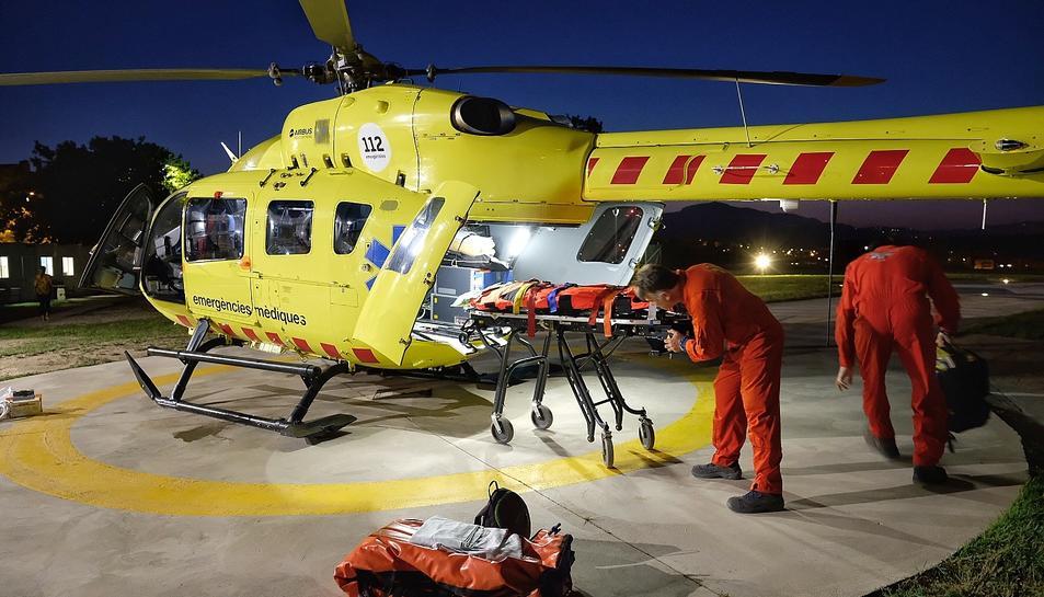 Imatge d'un helicòpter del SEM operant de nit.