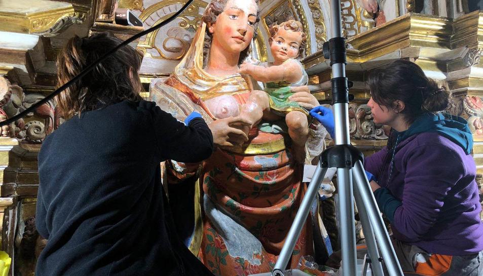 Personal de centre de restauració treballant sobre la talla.