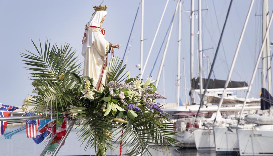 Imatge de la Verge del Carme amb embarcacions al fons.