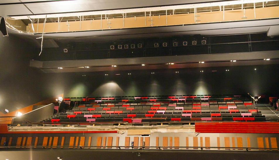Estat en què va quedar el fals sostre del Teatre Tarragona després del despreniment que va patir el passat mes de febrer.