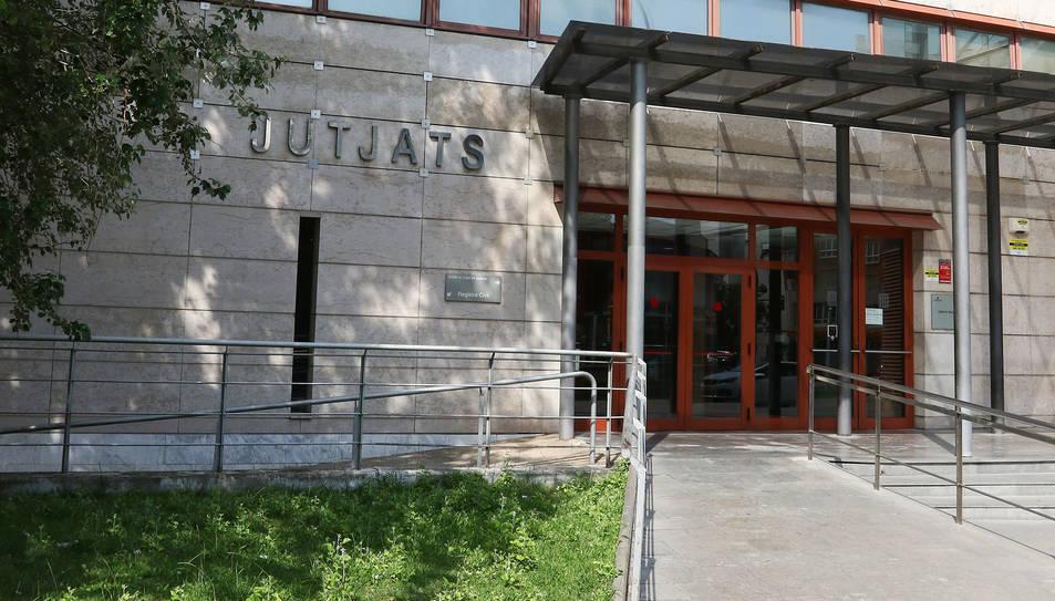 La façana de l'edifici dels jutjats de Reus.