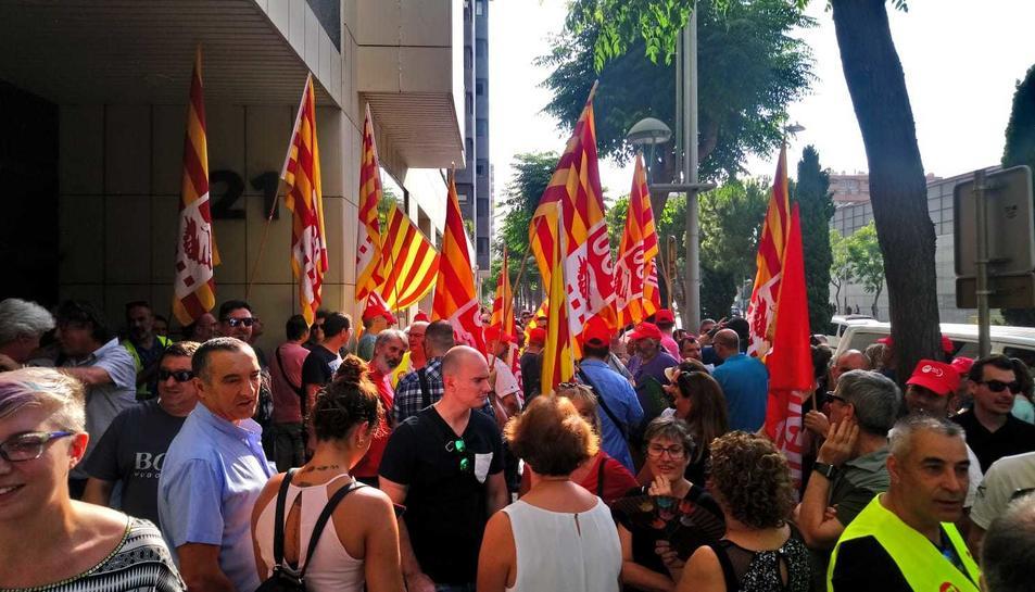 Imatge de la concentració de membres dels sindicats UGT i CCOO davant davant del Jutjat Social número 3 de Tarragona.