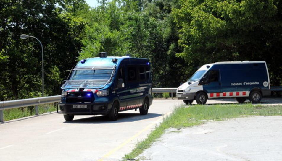 Les furgonetes sortint dels Jutjats de Manresa amb els quatre detinguts per la violació.