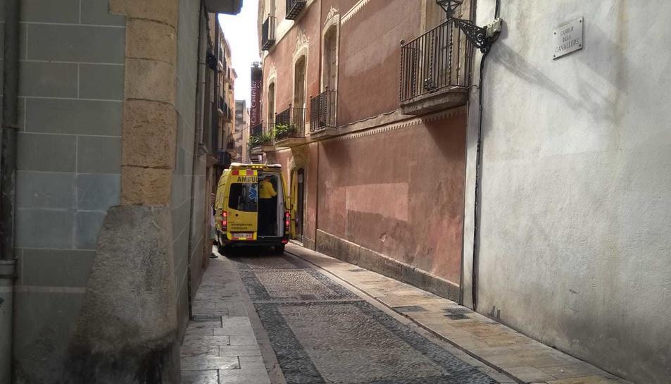Imatge de l'ambulància del SEM al carrer cavallers, on s'ha accidentat una turista.