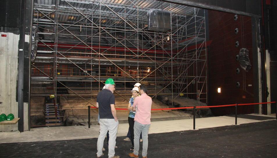 L'interior del Teatre Tarragona, amb la bastida que s'ha muntat per arranjar el fals sostre.
