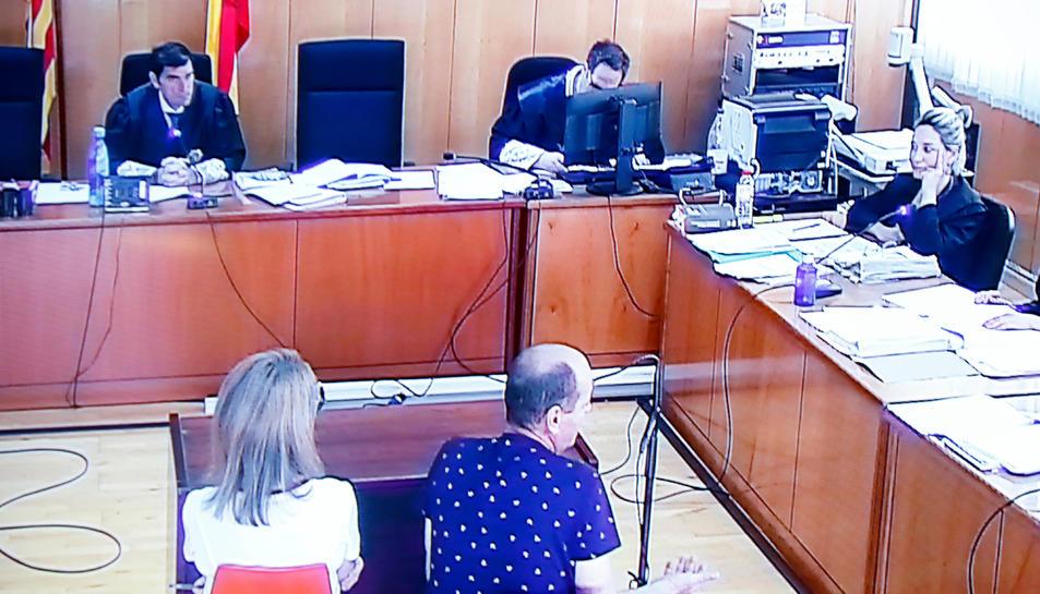 Moment en què l'acusat del crim de Riudecanyes declara, d'esquena, durant el judici a l'Audiència de Tarragona, amb la presència d'una traductora.