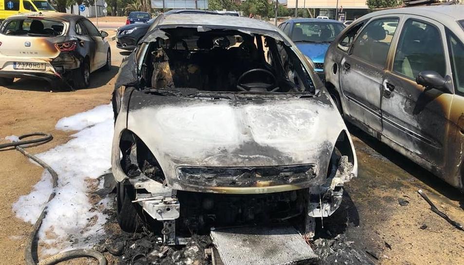 Estat en què han quedat els vehicles afectats pel foc.
