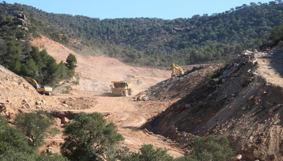 Imatge de les màquines que treballen per ubicar l'abocador de residus de Riba-roja d'Ebre.