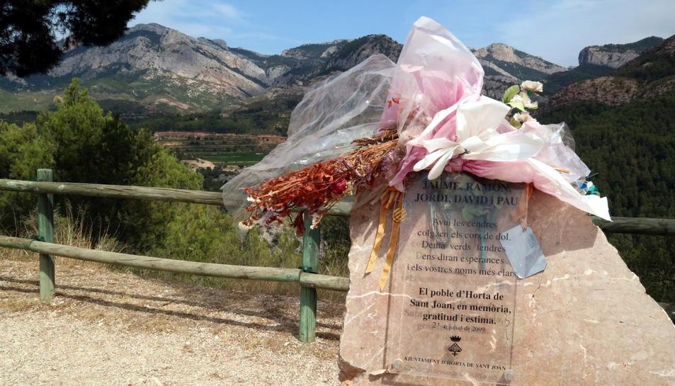 El monòlit dels Bombers morts en l'incendi d'Horta el 2009, al mirador d'on es pot veure tota la zona cremada i la zona 0 de l'accident.