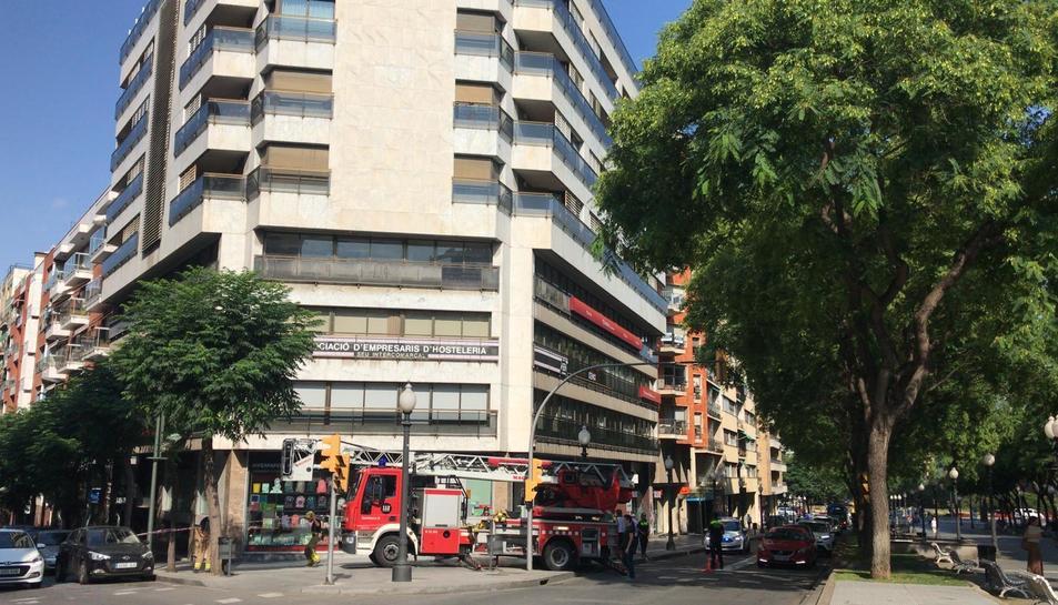 Un vehicle de Bombers s'ha traslladat al lloc per fer el sanejament de la façana.