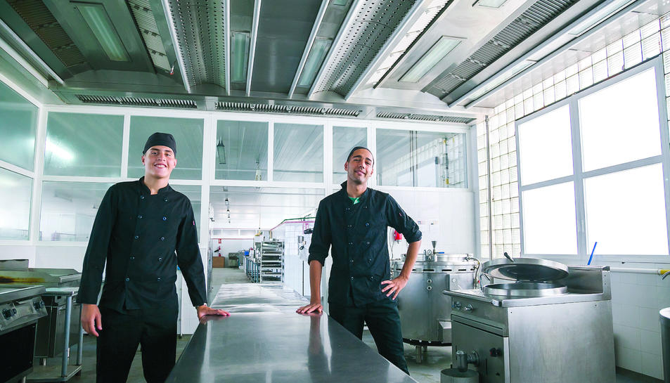 Omar Aslouje (esquerra) i Hamza Kayouri (dreta), a la cuina del Complex Educatiu, on han donat els primers passos com a cuiners.