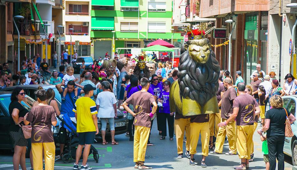 El Lleó i altres elements festius, durant el recorregut d'ahir pels carrers del barri.