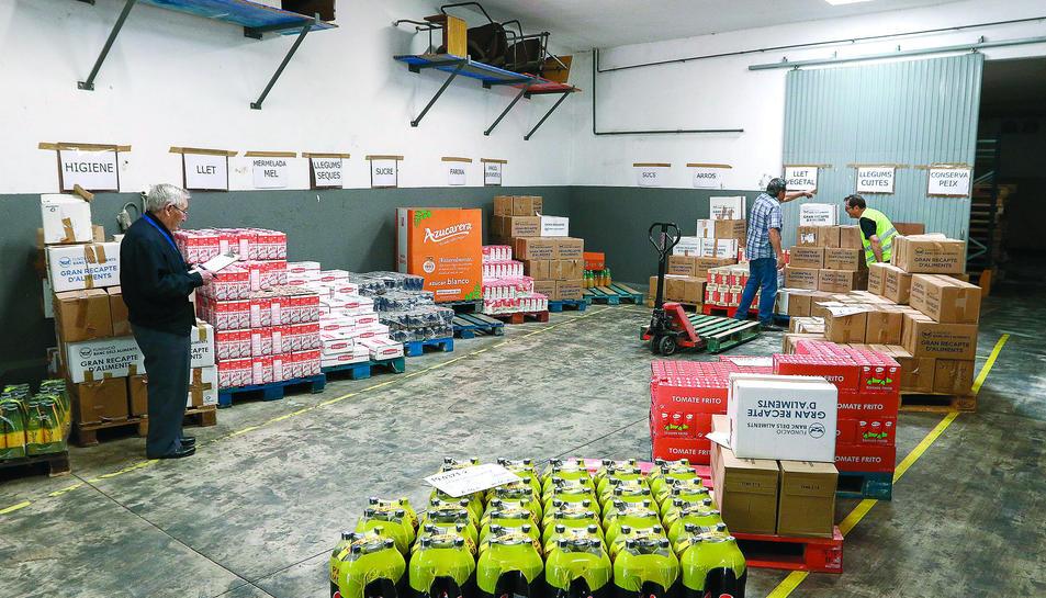 Entre 8 i 10 persones maneguen el magatzem d'on surt l'ajuda per a 25.000 persones a Tarragona.