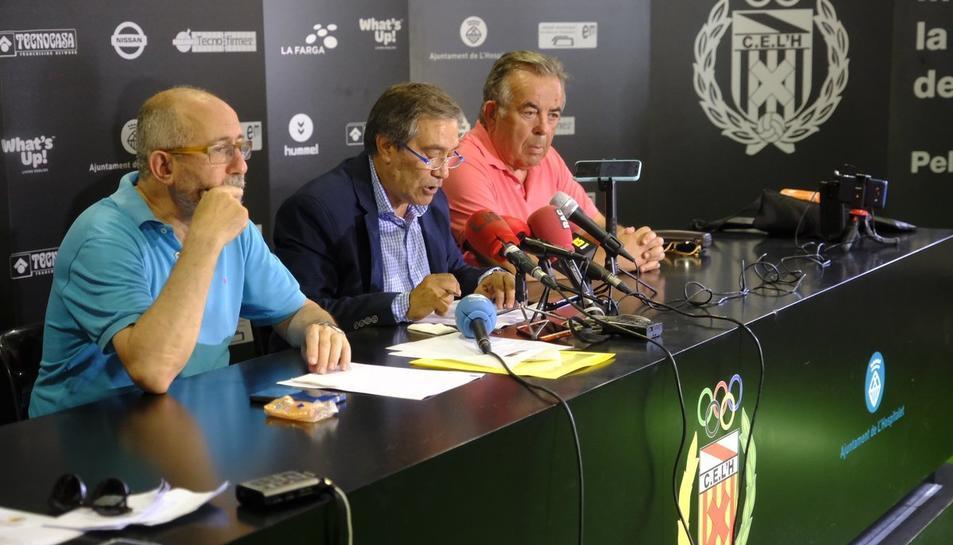 El president del club l'Hospitalet durant la roda de premsa.