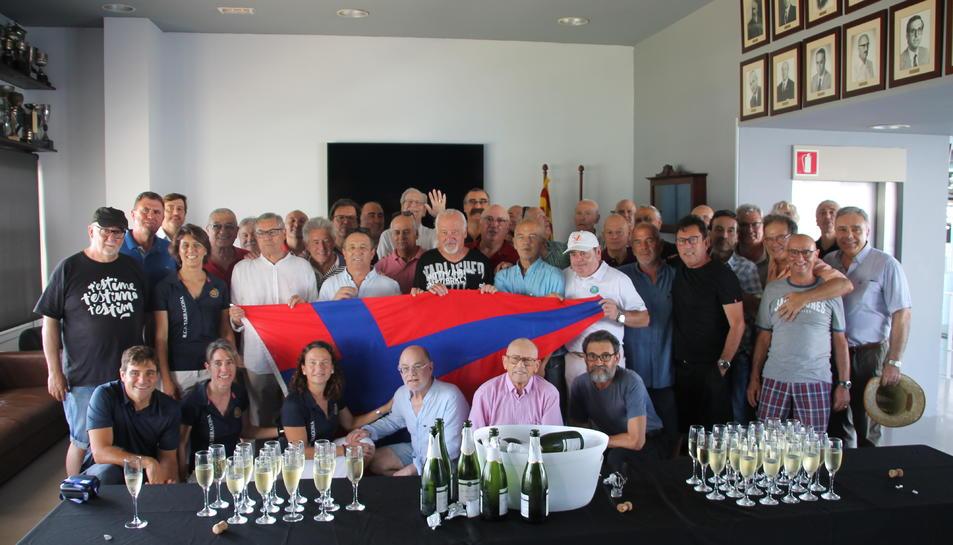 Foto de família dels remers i la Junta directiva del Club Nàutic, aquest dissabte.