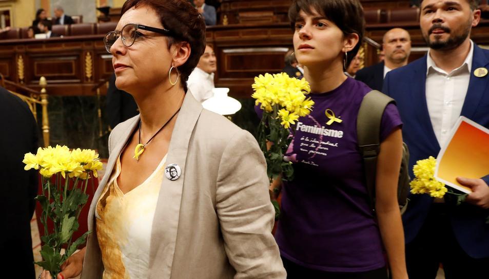 Els diputats d'ERC al Congrés entrant al Congrés amb flore grogues.