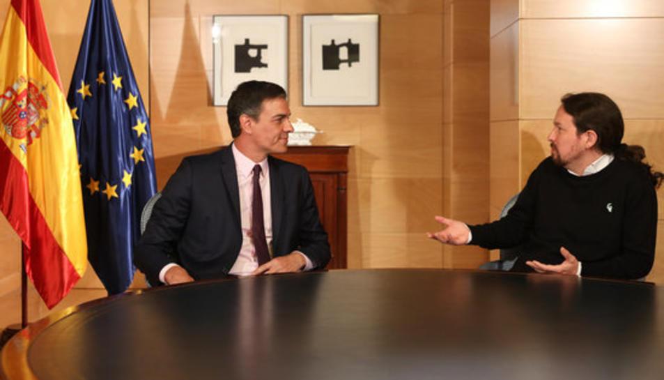 El secretari general del PSOE, Pedro Sánchez, i el líder de Podem, Pablo Iglesias, asseguts a la taula reunits al Congrés dels Diputats.
