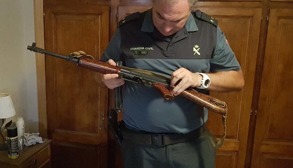 Els investigats venien un subfusell metrallador AK-47 conegut com Kalàixnikov.