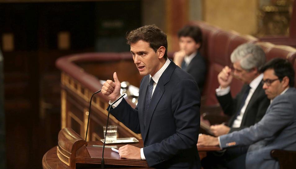 Albert Rivera, president de Ciutadans, parla des de l'atri del Congrés dels Diputats durant el debat d'investidura de Pedro Sánchez.