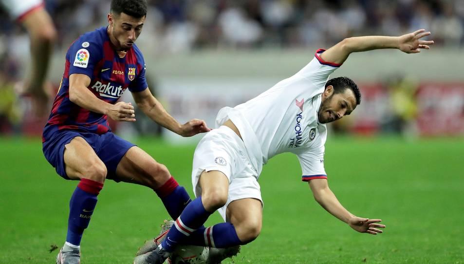 Guillem Jaime en una acció de partit contra Pedro, del Chelsea.