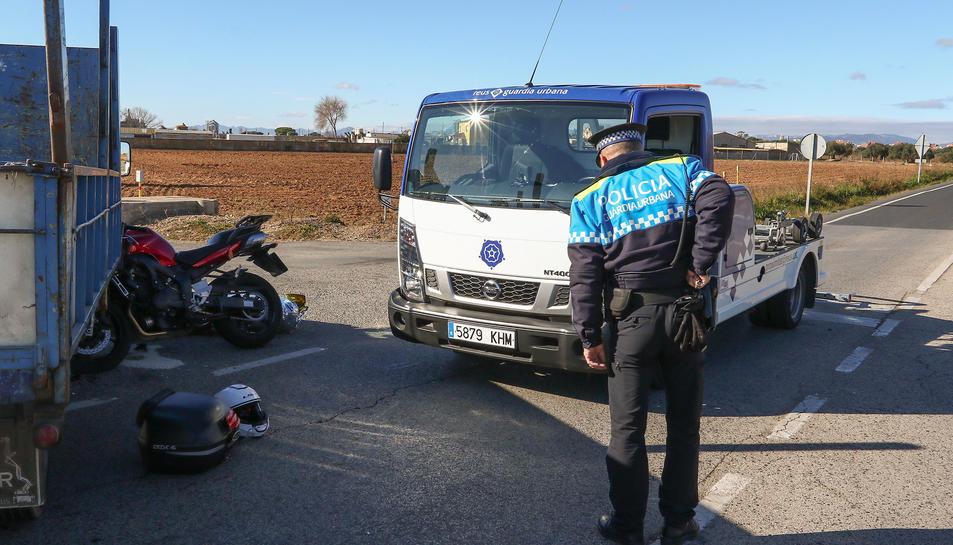 Accident en una carretera de les comarques tarragonines on un motorista va perdre la vida.