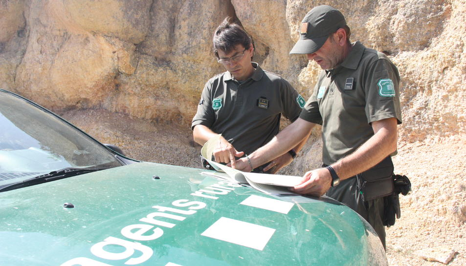 Dos agents rurals al Parc Natural de la Serra del Montsant.