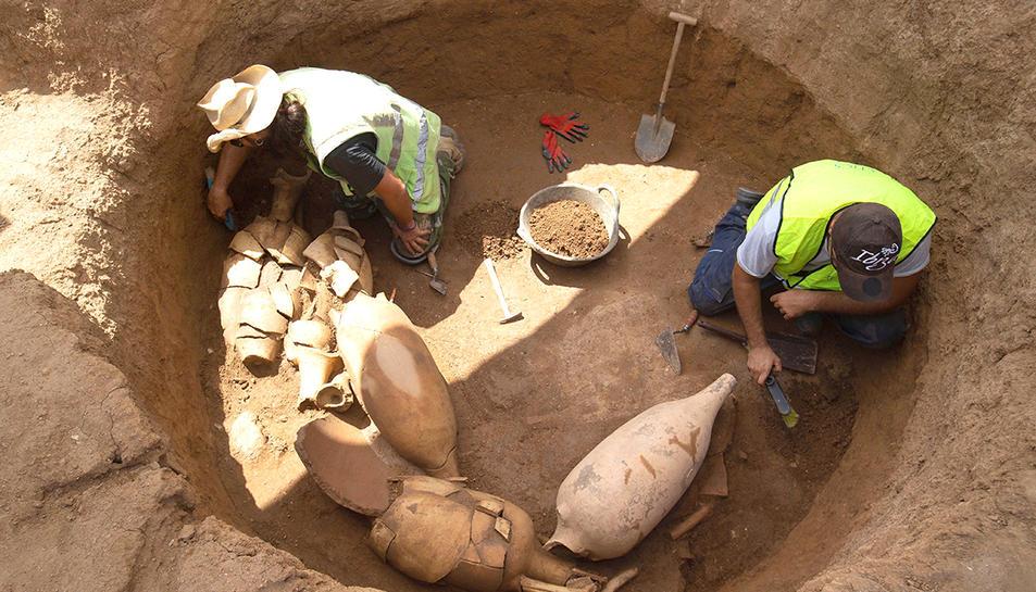 Àmfores localitzades dins dipòsits a la vil·la romana de Badalona.