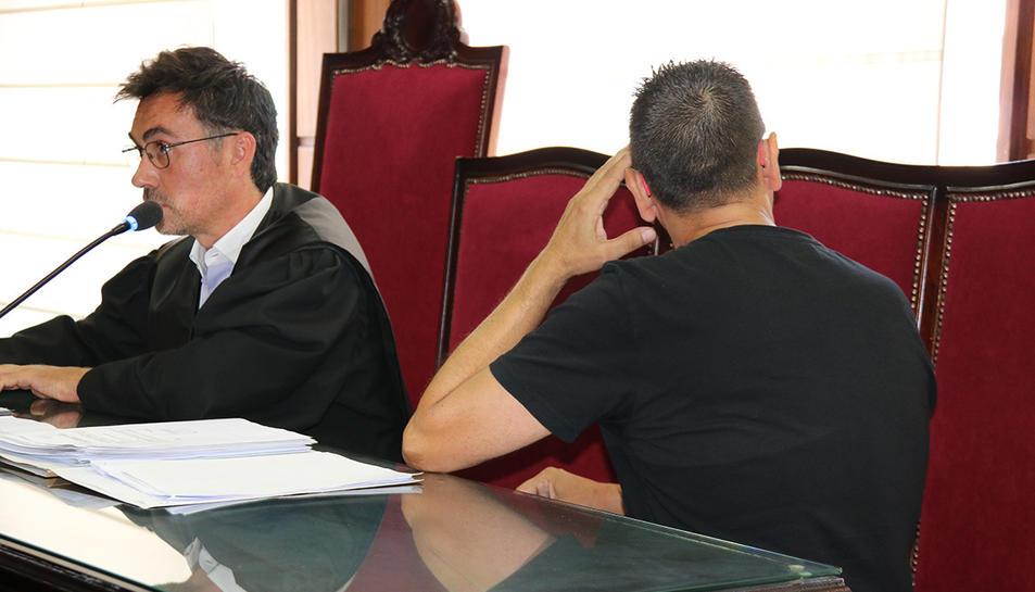 L'acusat de delicte continuat d'abús sexual, d'esquena, a l'inici del judici celebrat a l'Audiència Provincial de Tarragona.