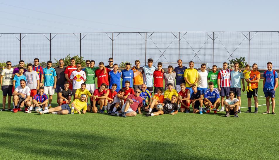 Participants als partits de futbol de la jornada dedicada a recaptar diners per la lluita contra el càncer.