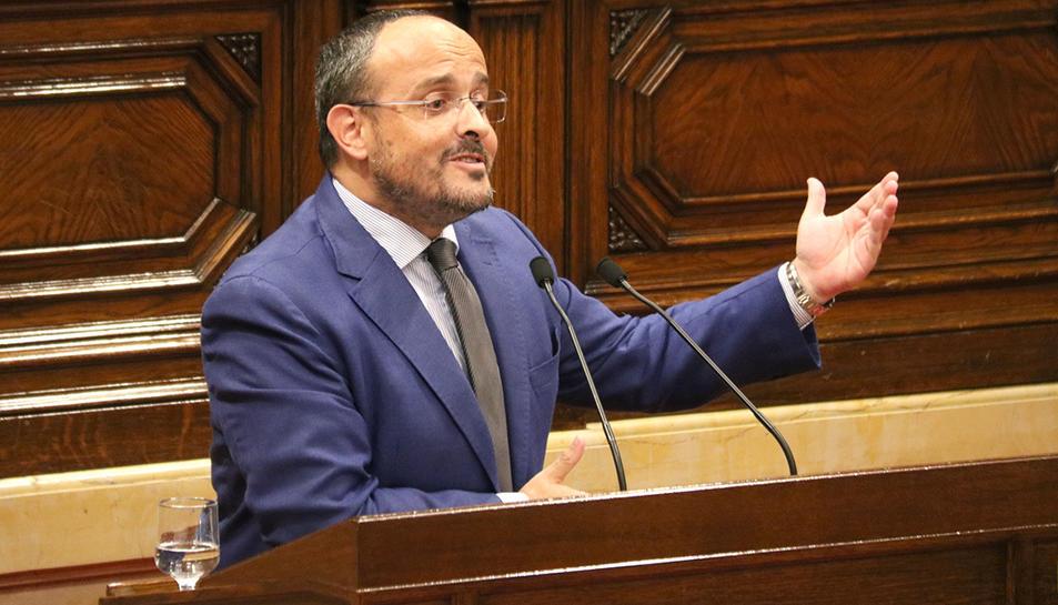 Alejandro Fernández durant la seva intervenció 'cantada' al Parlament.