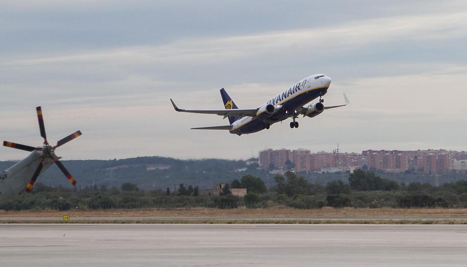 Una imatge d'arxiu d'un avió de Ryanair enlairant-se des de l'Aeroport de Reus.