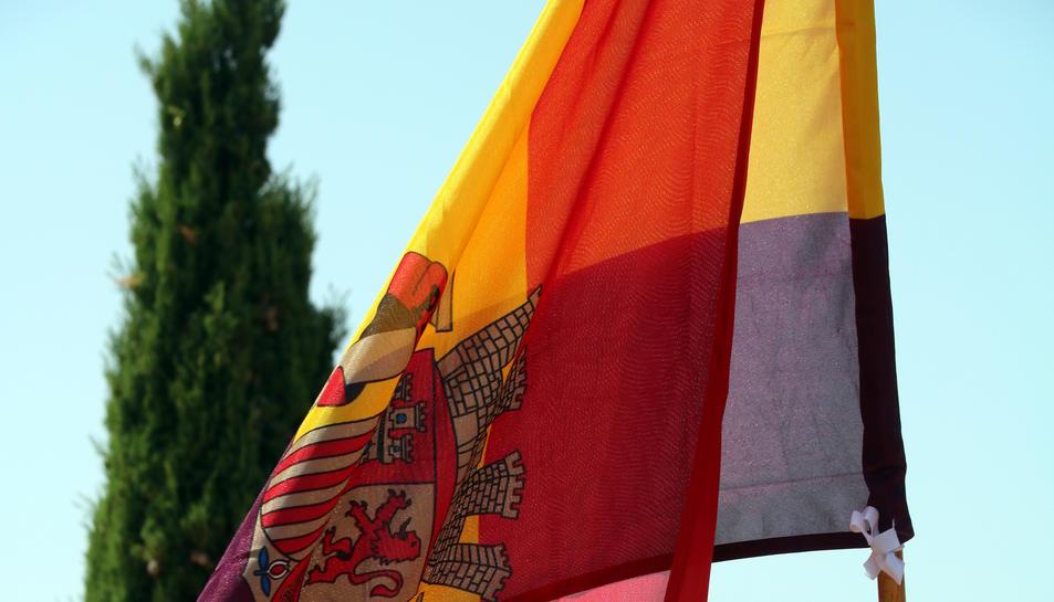 La bandera republicana espanyola onejant a la cota 705 de la serra de Pàndols. Imatge del 25 de juliol de 2019