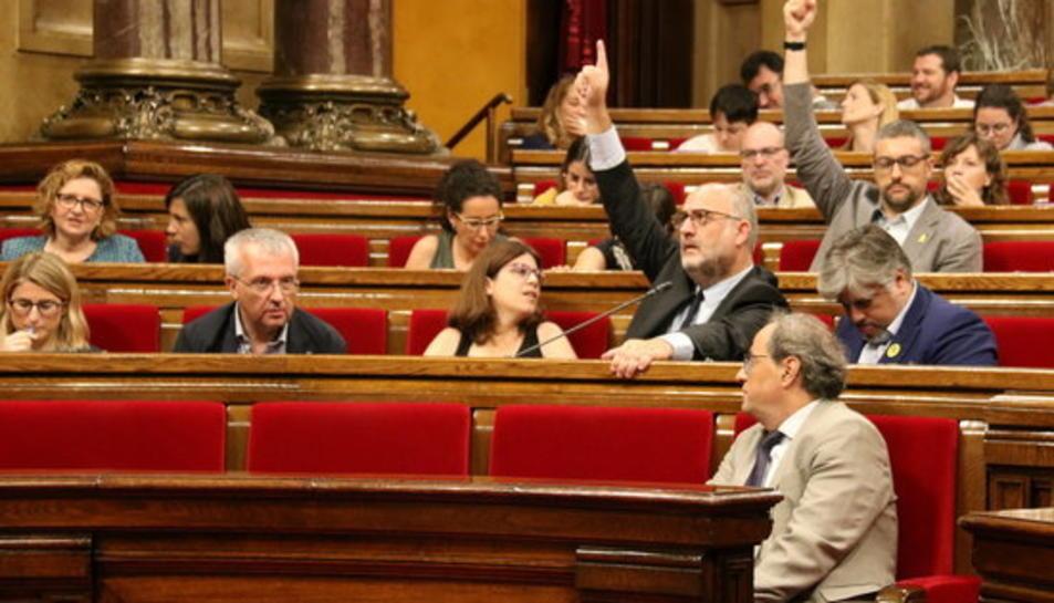 Eduard Pujol (JxCat) i Bernat Solé (ERC) voten afirmativament durant el ple del Parlament.
