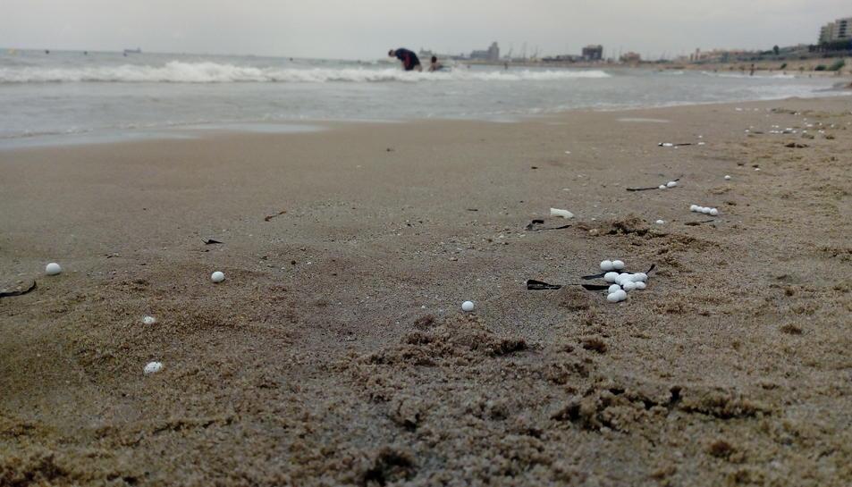 Imatge de les esferes de plàstic aparegudes a la platja del Miracle de Tarragona.