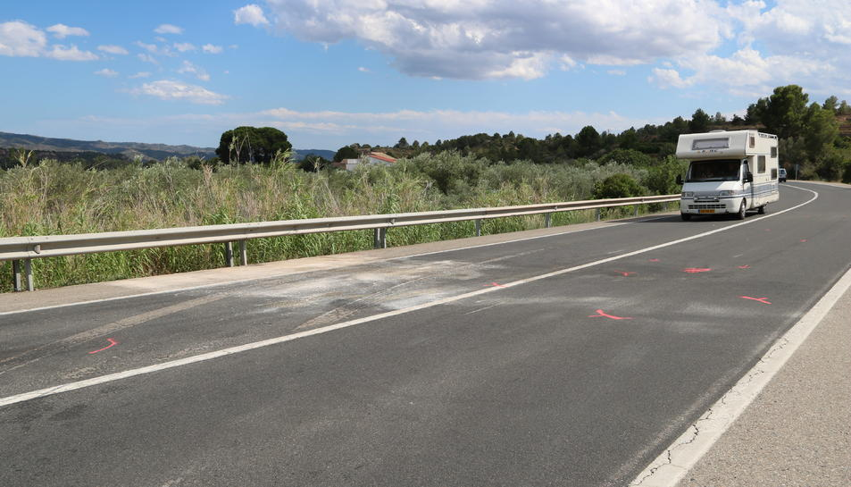 Pla general del punt quilomètric on s'ha produït l'accident mortal causat pel xoc frontal de dos vehicles al terme municipal de Xerta, al Baix Ebre. Imatge del 27 de juliol del 2019 (Horitzontal).