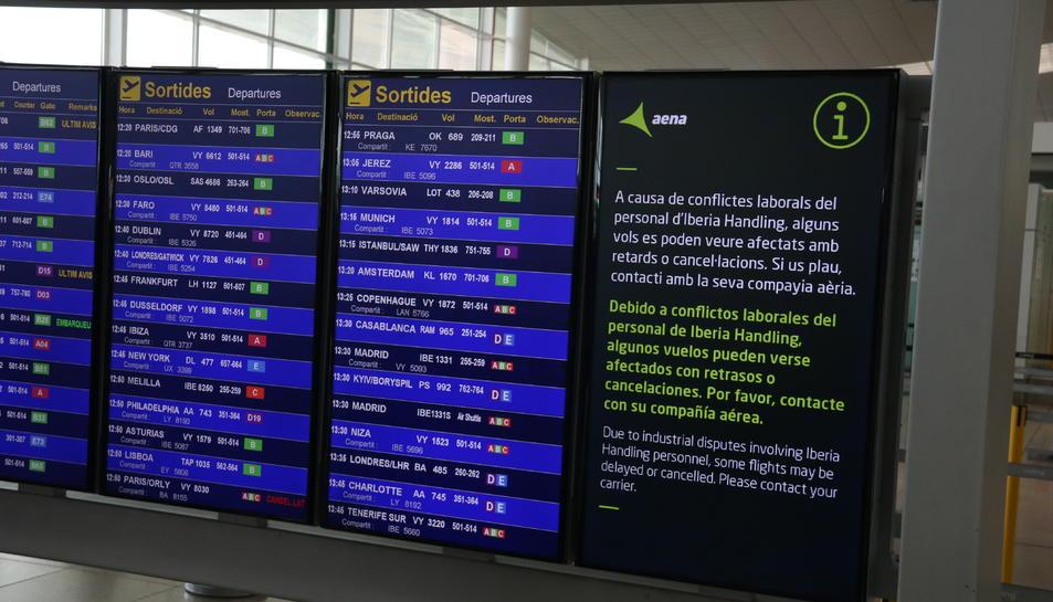 Un dels panells informatius de l'aeroport del Prat, informant de la vaga del personal de terra d'Iberia.