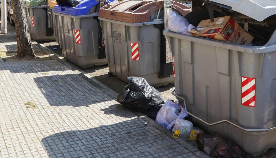 Imatge d'arxiu de contenidors plens a Reus.