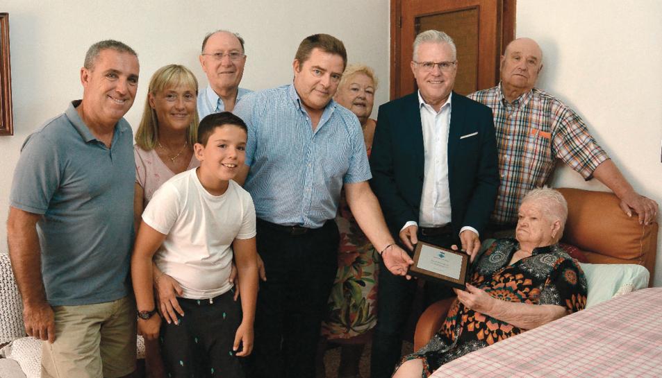 El batlle, Pere Granados, amb la dona homenatjada i la seva família a la seva residència.