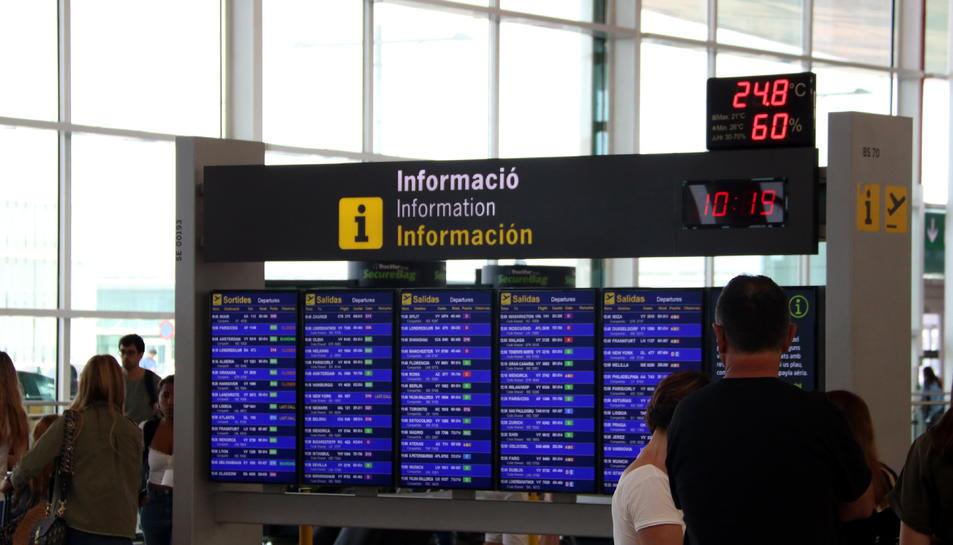 Pla mitjà d'un panell informatiu de vols de sortida a l'aeroport del Prat, amb cap vol cancel·lat.