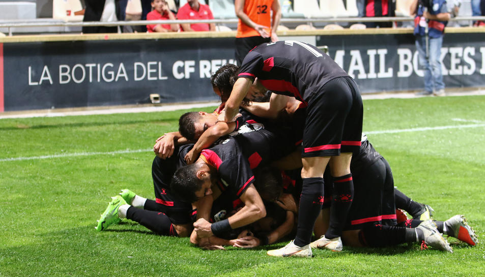 Imatge d'arxiu dels exjugadors del primer equip del club del Baix Camp celebrant un gol a l'Estadi Municipal la temporada passada.