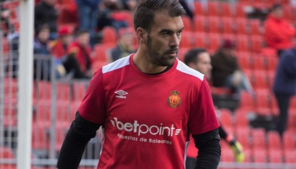 Manolo Reina en un escalfament abans d'un partit amb el Mallorca