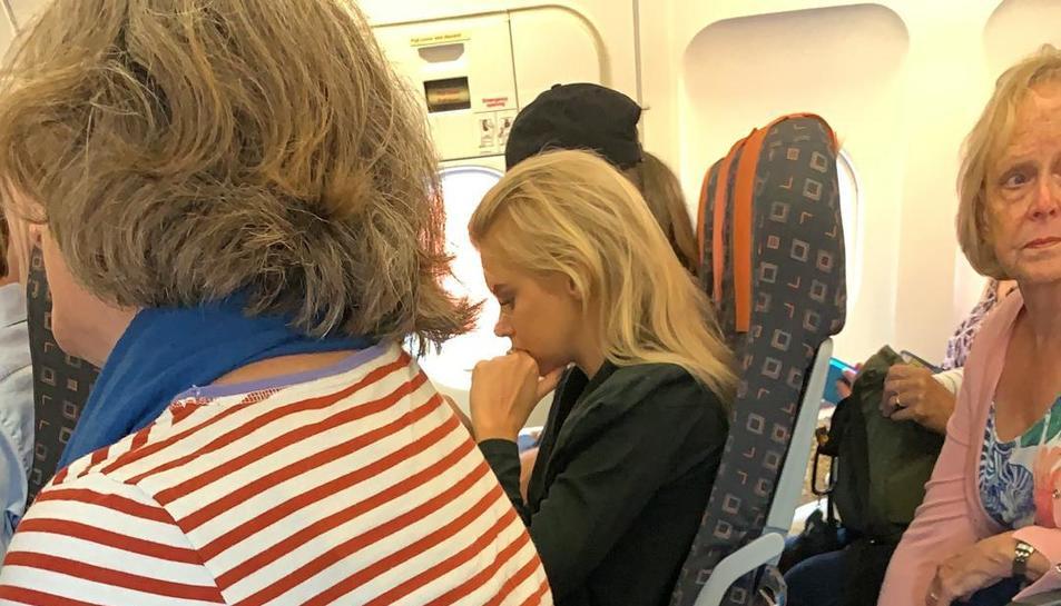 Imatge de la dona viatjant sense respatller en un avió d'EasyJet.