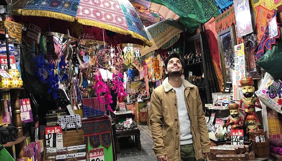 Daniel Ruiz passejant pel mercat de Camden a Londres.