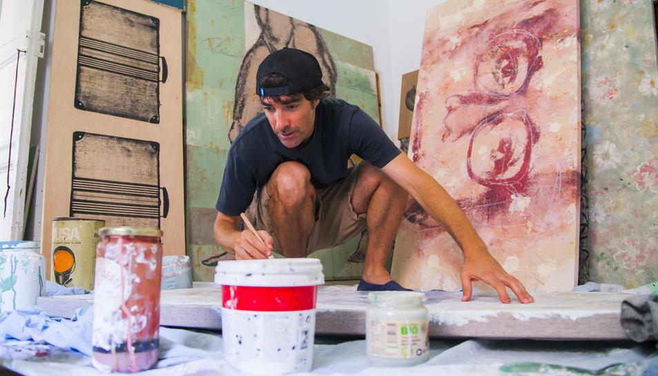 El pintor i fotògraf Lluc Queralt, en un dels espais de creació que té a casa seva.