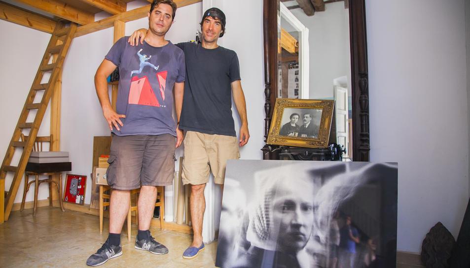 Roger Baiges i Lluc Queralt amb una foto dels seus avantpassats.