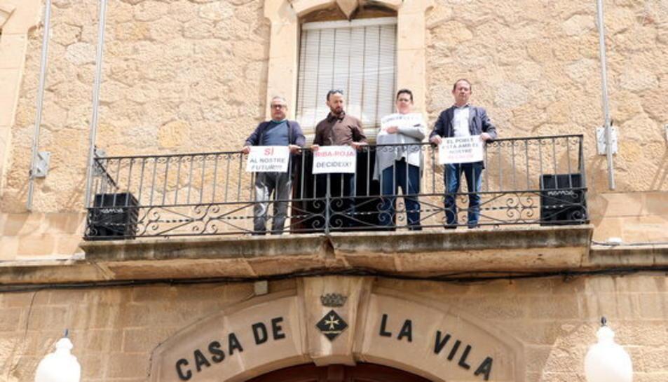 L'alcalde de Riba-roja d'Ebre, Antonio Suarez, i de regidors municipals en la protesta per defensar el projecte de l'abocador.