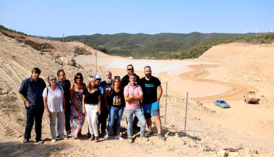 Foto de grup dels alcaldes i electes que han denunciat des de les obres de l'abocador de Riba-roja d'Ebre que els treballs encara no han acabat.