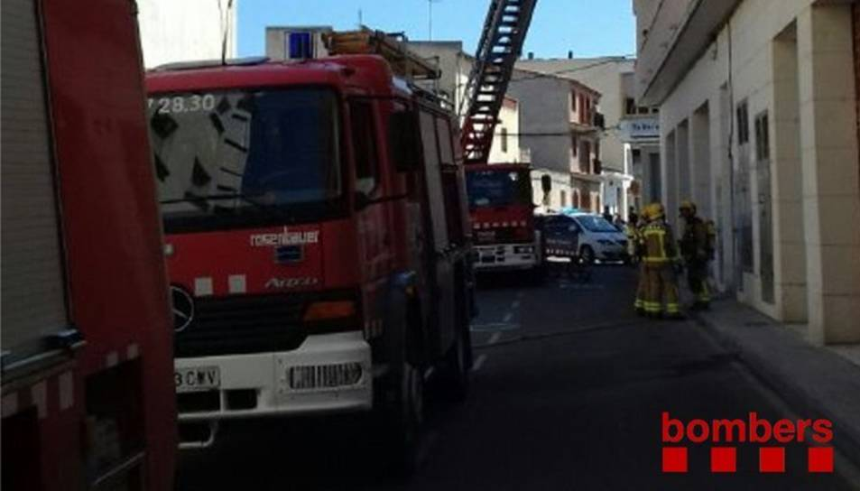 Els Bombers treballant en l'incendi de Móra.