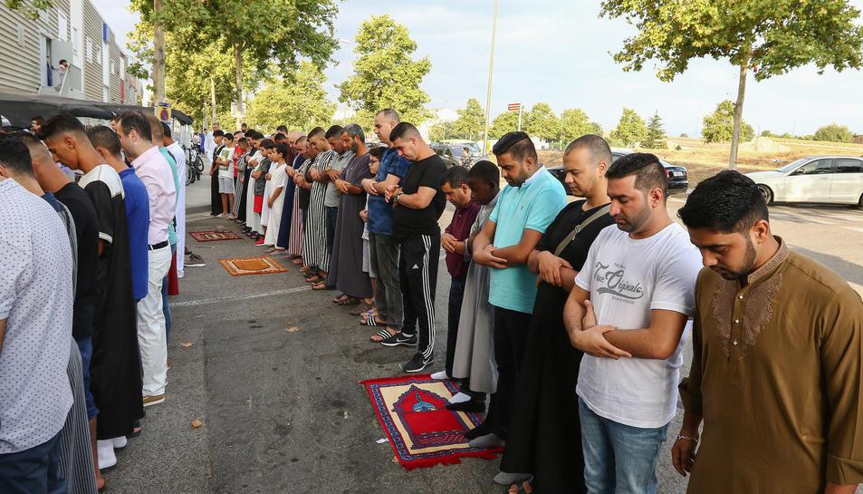 Les fileres de persones arribaven fins més enllà de la mesquita.