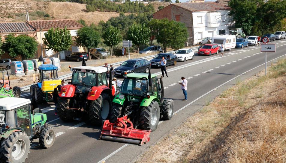 Pla obert del tall de carretera a la C-12 a Flix per part de pagesos afectats per l'incendi de la Ribera d'Ebre.